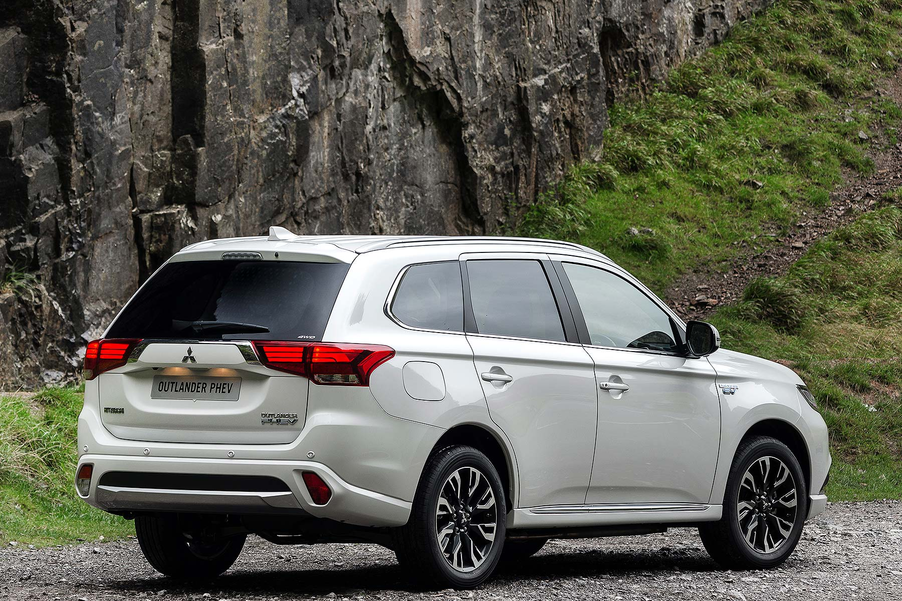2016 mitsubishi outlander phev review uk first drive motoring research. Black Bedroom Furniture Sets. Home Design Ideas