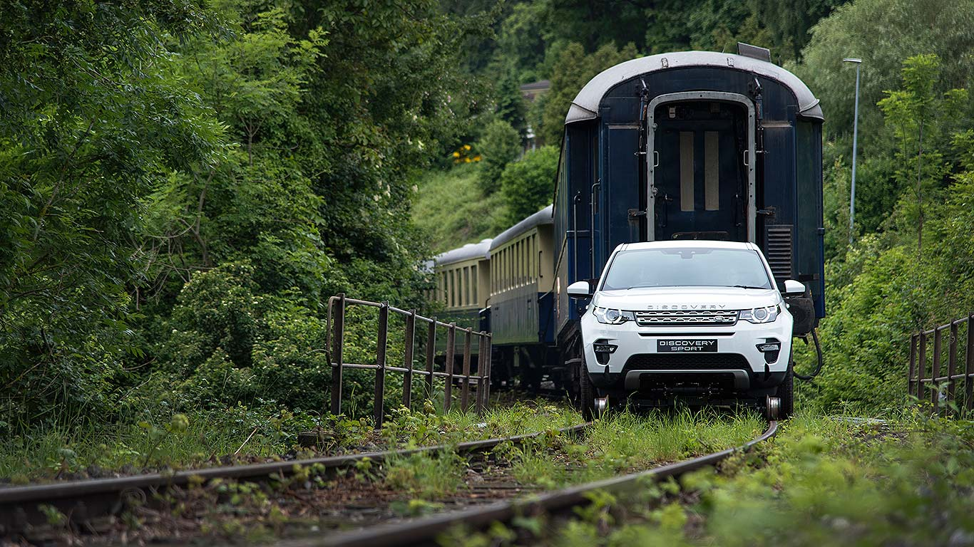 Land Rover train pull 2016