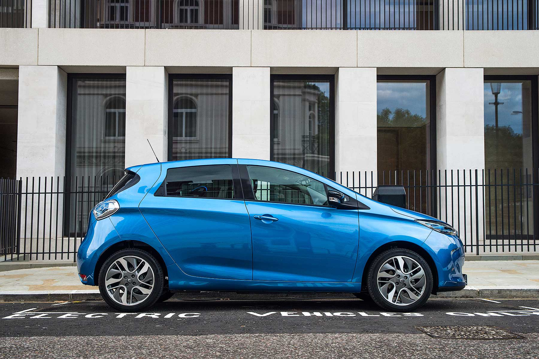 the 2017 renault zoe electric car does 250 miles on a charge motoring research. Black Bedroom Furniture Sets. Home Design Ideas