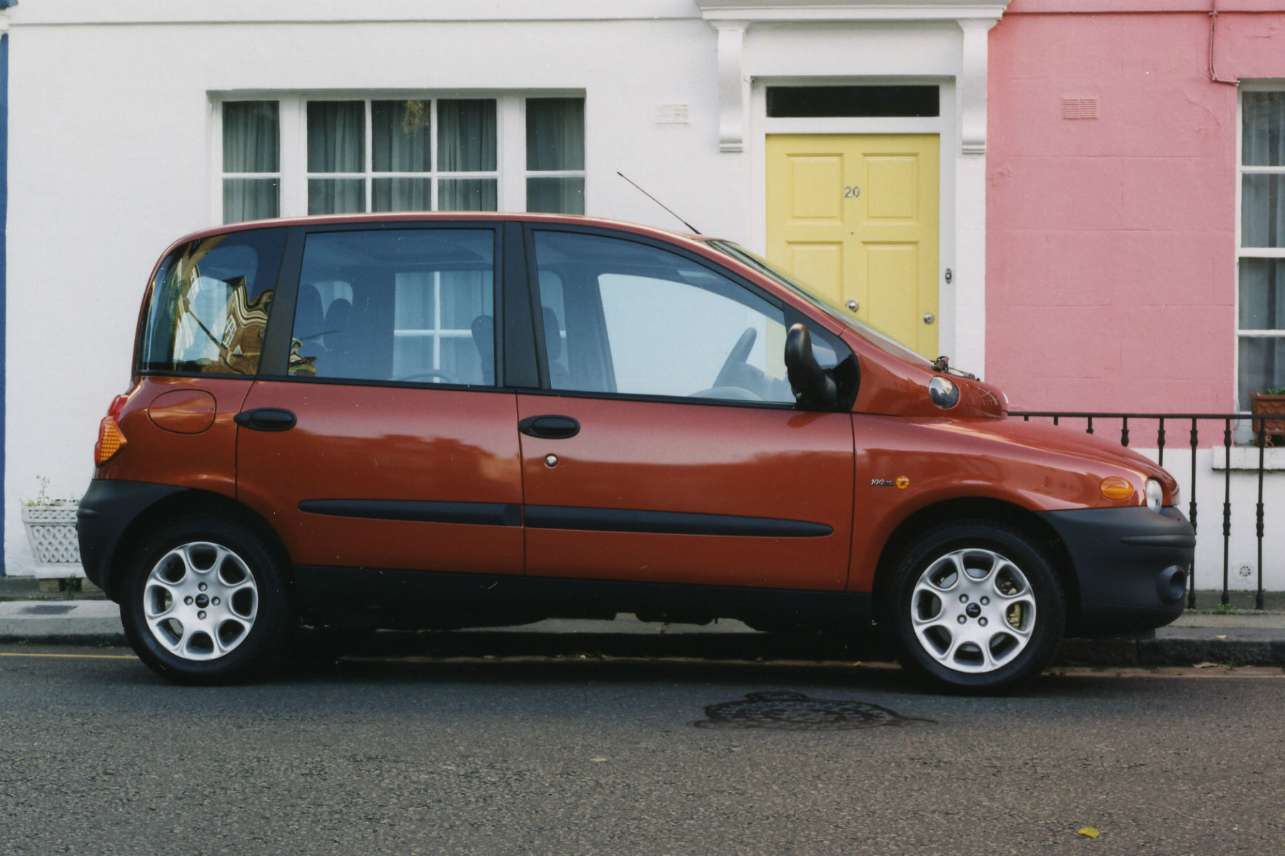 Drivers are stopping for selfies with an abandoned Fiat Multipla