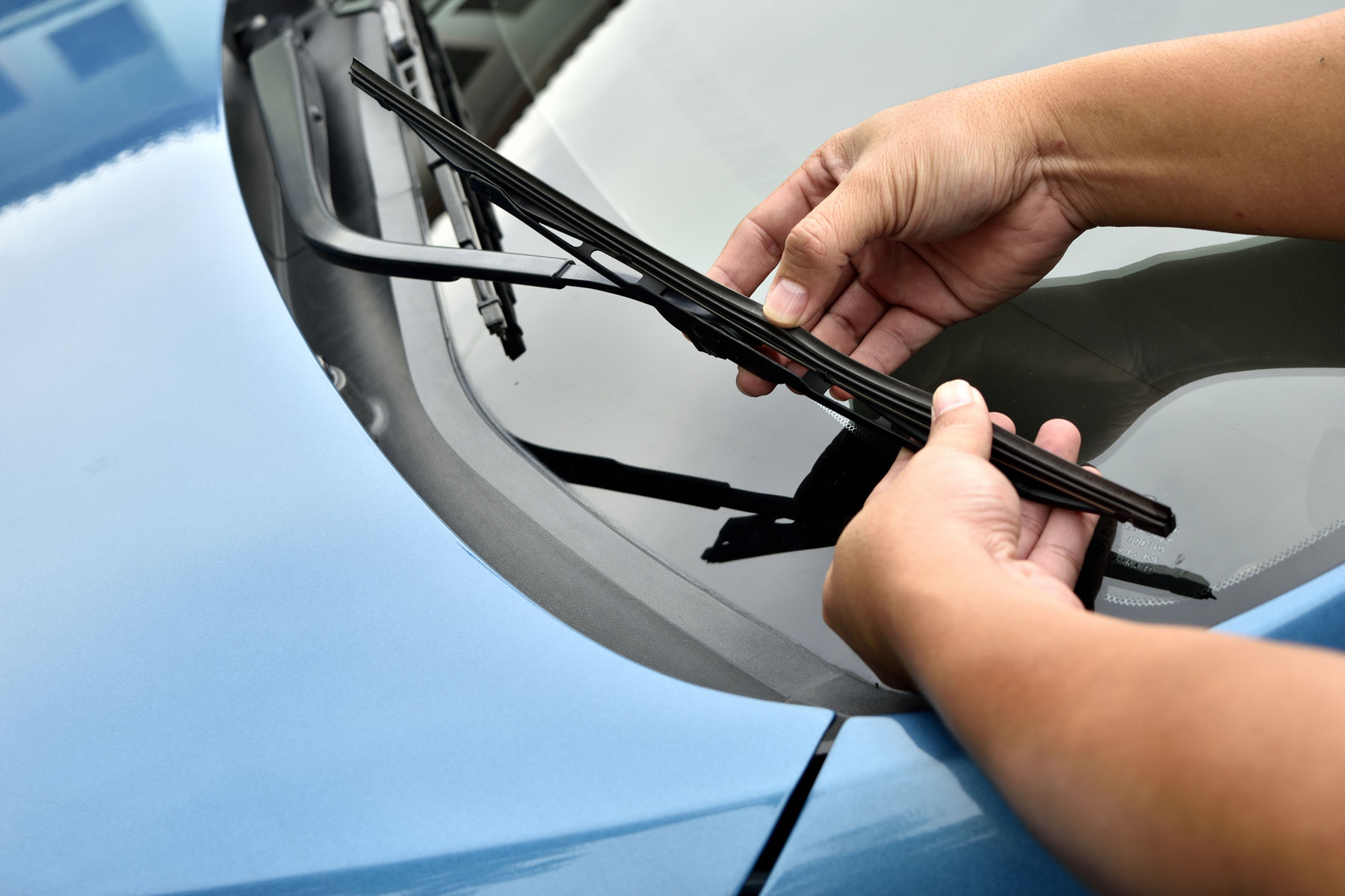 Checking a windscreen wiper blade