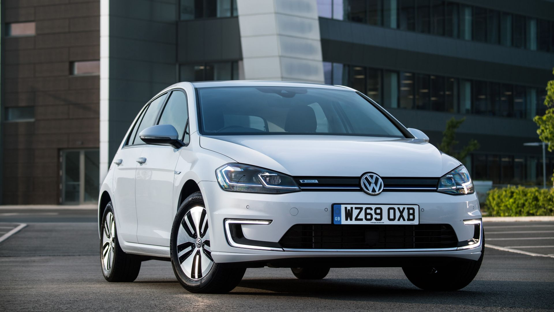 Volkswagen cuts price of e-Golf